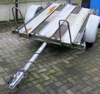 Motorradanhänger (Bodenflaeche geschlossen) 600 Kilo ohne Bremse für zwei Motorräder mit Auffahrschiene
